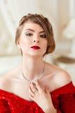όμορφη κόκκινη γυναίκα φορεμάτων Στοκ Εικόνες