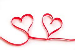 Όμορφη κόκκινη καρδιά από την κορδέλλα στην ημέρα βαλεντίνων ` s στο άσπρο υπόβαθρο στοκ φωτογραφίες με δικαίωμα ελεύθερης χρήσης