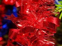 Όμορφη κόκκινη ριγωτή κινηματογράφηση σε πρώτο πλάνο διακοσμήσεων Χριστουγέννων Στοκ Φωτογραφίες
