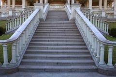 Όμορφη κλασσική σκάλα μεγάρων στο πάρκο Στοκ Εικόνες