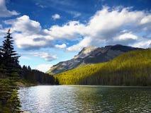 Όμορφη λίμνη βουνών, καναδικά βουνά Στοκ Εικόνες