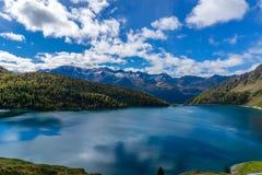 Όμορφη λίμνη βουνών κατά τη διάρκεια του φθινοπώρου στοκ εικόνα με δικαίωμα ελεύθερης χρήσης