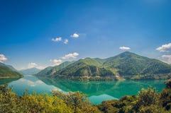 Όμορφη λίμνη βουνών τοπίων με το τυρκουάζ νερό στοκ εικόνες