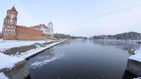 Όμορφη λίμνη κοντά στο κάστρο στο χειμώνα φιλμ μικρού μήκους