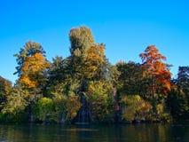 Όμορφη λίμνη με τον καταρράκτη στο Στρασβούργο, χρώματα φθινοπώρου Στοκ φωτογραφία με δικαίωμα ελεύθερης χρήσης