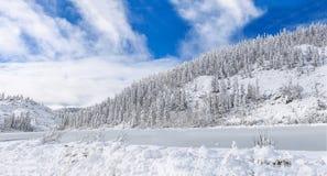Όμορφη λίμνη Amut στους λόφους taiga στην Άπω Ανατολή της Ρωσίας αρχές Οκτωβρίου Λίμνη βουνών το χειμώνα όμορφη φύση Στοκ φωτογραφία με δικαίωμα ελεύθερης χρήσης
