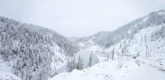 Όμορφη λίμνη Amut στους λόφους taiga στην Άπω Ανατολή της Ρωσίας αρχές Οκτωβρίου Λίμνη βουνών το χειμώνα όμορφη φύση Στοκ Φωτογραφίες