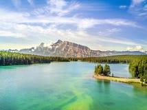 Όμορφη λίμνη Minnewanka με τη μικρή χερσόνησο, Banff εθνικό Π Στοκ φωτογραφίες με δικαίωμα ελεύθερης χρήσης