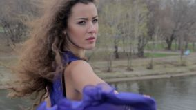 Όμορφη λυπημένη γυναίκα στη γέφυρα, ελευθερία, αυτοκαταστροφικές σκέψεις, πτώση απόθεμα βίντεο
