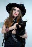 Όμορφη μάγισσα με τη μαύρη γάτα Στοκ Εικόνα