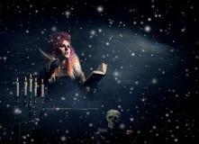 Όμορφη μάγισσα που κάνει witchcraft στο μπουντρούμι Στοκ Εικόνες