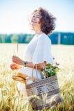 Όμορφη μέση ηλικίας γυναίκα με την τσάντα Στοκ Εικόνα