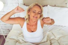 Όμορφη μέση ηλικίας γυναίκα στο σπίτι Στοκ Εικόνες