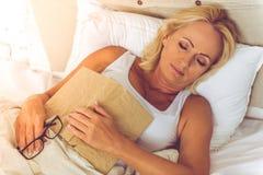 Όμορφη μέση ηλικίας γυναίκα στο σπίτι Στοκ εικόνα με δικαίωμα ελεύθερης χρήσης