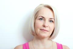 Όμορφη μέση ηλικίας γυναίκα με την τέλεια κινηματογράφηση σε πρώτο πλάνο δερμάτων Στοκ εικόνα με δικαίωμα ελεύθερης χρήσης