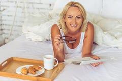 Όμορφη μέση ηλικίας γυναίκα στο σπίτι Στοκ φωτογραφία με δικαίωμα ελεύθερης χρήσης