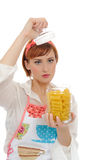 Όμορφη μαγειρεύοντας γυναίκα με τα ιταλικά ζυμαρικά Στοκ Εικόνες