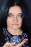όμορφη μαγική μάγισσα σφαι&r στοκ εικόνα με δικαίωμα ελεύθερης χρήσης