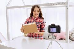 Όμορφη μαγνητοσκόπηση κοριτσιών προ-εφήβων ένα unboxing βίντεο Στοκ Φωτογραφίες