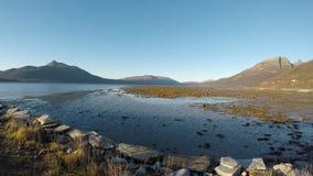 Όμορφη μακριά ακροθαλασσιά φθινοπώρου at low tide με τη φωτεινή ηλιοφάνεια, τη βαθιά θέα βουνού και το σαφή μπλε ουρανό απόθεμα βίντεο