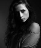 όμορφη μακριά γυναίκα τριχώματος Σκιά στο μισό πρόσωπο Ο Μαύρος και W Στοκ φωτογραφία με δικαίωμα ελεύθερης χρήσης