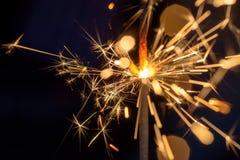 Όμορφη μακρο κινηματογράφηση σε πρώτο πλάνο ενός sparkler τη νύχτα Στοκ Εικόνες