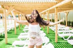 Όμορφη μακρυμάλλης θηλυκή πρότυπη τοποθέτηση από τη λίμνη, υπαίθριο πορτρέτο Όμορφο προκλητικό νέο κορίτσι με τον τέλειο λεπτό αρ Στοκ Εικόνες