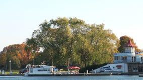 Όμορφη μαρίνα, βάρκες και κόκκινα δέντρα απόθεμα βίντεο