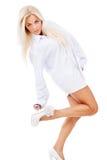 Όμορφη μαυρισμένη ξανθή θέτοντας στάση Στοκ φωτογραφία με δικαίωμα ελεύθερης χρήσης