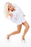 Όμορφη μαυρισμένη ξανθή θέτοντας στάση Στοκ Φωτογραφία