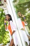 Όμορφη μαύρη γυναίκα που μιλά στο τηλέφωνο και το χαμόγελο Στοκ φωτογραφίες με δικαίωμα ελεύθερης χρήσης
