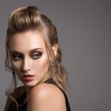 όμορφη μαύρη γυναίκα φορεμά& Hairstyle και φωτεινή σύνθεση στοκ εικόνα με δικαίωμα ελεύθερης χρήσης