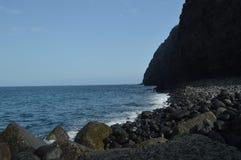 Όμορφη μαύρη παραλία άμμου με τους μεγάλους λίθους Tazacorte Ταξίδι, φύση, διακοπές 11 Ιουλίου 2015 Tazacorte Island de Λα Palma στοκ εικόνες