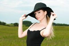 όμορφη μεγάλη γυναίκα μαύρων καπέλων Στοκ εικόνες με δικαίωμα ελεύθερης χρήσης