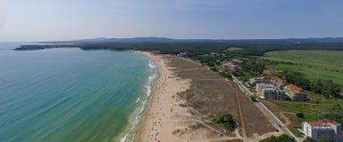 Όμορφη μεγάλη παραλία στη Μαύρη Θάλασσα άνωθεν Στοκ Εικόνες