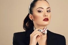 Όμορφη μεθοδική γυναίκα στο κομψό μαύρο σακάκι στοκ εικόνες με δικαίωμα ελεύθερης χρήσης