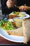 Όμορφη μερίδα του hummus και της σαλάτας Στοκ Εικόνα