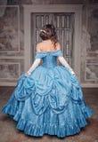 Όμορφη μεσαιωνική γυναίκα στο μπλε φόρεμα, πλάτη στοκ εικόνες