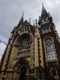 Όμορφη μεσαιωνική εκκλησία Γοτθική αρχιτεκτονική Άποψη από κάτω από Ουρανός και σύννεφα ανωτέρω Καθολική εκκλησία του ST ElÅ ¾ be στοκ φωτογραφία