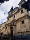 Όμορφη μεσαιωνική εκκλησία Γοτθική αρχιτεκτονική Άποψη από κάτω από Ουρανός και σύννεφα ανωτέρω στοκ εικόνες με δικαίωμα ελεύθερης χρήσης