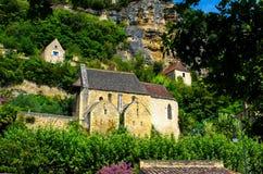 Όμορφη μεσαιωνική εκκλησία που κρύβεται στην πολύβλαστη φύση, Dordogne, Γαλλία Στοκ φωτογραφία με δικαίωμα ελεύθερης χρήσης