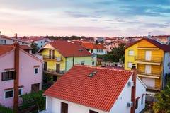 Όμορφη μεσογειακή εικονική παράσταση πόλης με τα πορτοκαλιά σπίτια Στοκ Φωτογραφία