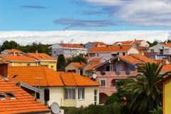 Όμορφη μεσογειακή εικονική παράσταση πόλης με τα πορτοκαλιά σπίτια Στοκ Εικόνα