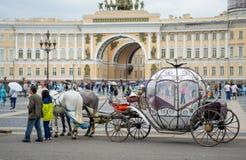 Όμορφη μεταφορά στο τετράγωνο παλατιών Άνθρωποι στη μεταφορά στο τετράγωνο παλατιών κοντά στο χειμερινό παλάτι της Αγία Πετρούπολ Στοκ Εικόνες