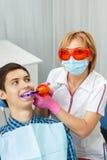 Όμορφη μεταχείρηση οδοντιάτρων γυναικών υπομονετικά δόντια οδοντικό σε offic Στοκ Εικόνες