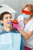 Όμορφη μεταχείρηση οδοντιάτρων γυναικών υπομονετικά δόντια οδοντικό σε offic Στοκ εικόνες με δικαίωμα ελεύθερης χρήσης