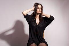 Όμορφη με μεγάλο στήθος γυναίκα στο γκρίζο υπόβαθρο Στοκ φωτογραφία με δικαίωμα ελεύθερης χρήσης