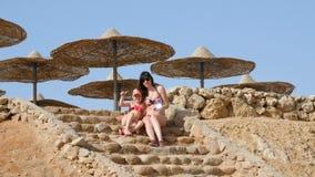 Όμορφη μητέρα και κόρη παραλία ηλιαχτίδων καθρεφτών απόθεμα βίντεο