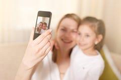 Όμορφη μητέρα και νέα κόρη που κάνουν ένα selfie οικογενειακή ευτυχής & στοκ φωτογραφία