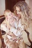 Όμορφη μητέρα με το μωρό Mom που αγκαλιάζει το παιδί κορών της Happ Στοκ Φωτογραφία